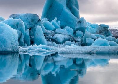 Iceberg-appuntito-riflesso-verticale
